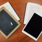 Invatare de la tabla cu creta la tableta pentru scoala banca carti Pixabay