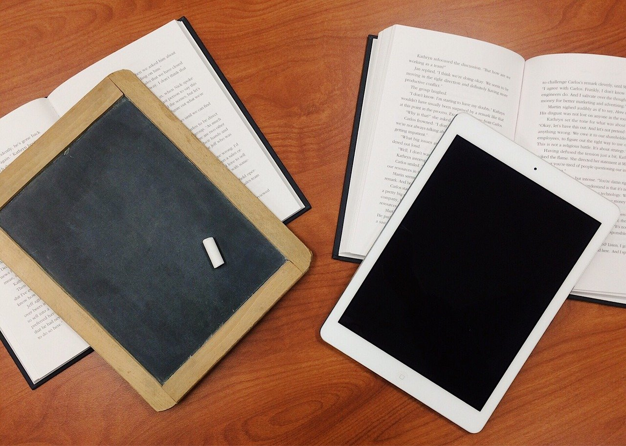 Invatare de la tabla cu creta la tableta pentru scoala banca carti
