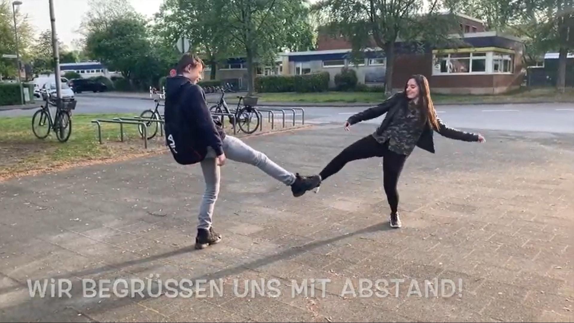 Demonstrație de distanțare între elevi la o școală din Germania. În curte, pe hol, în clasă și în pauză – ce fac profesorii și copiii, pas cu pas