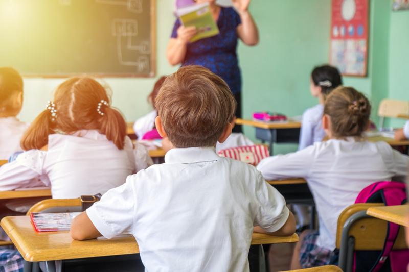 Invatatoare in fata elevilor la clasa, in scoala / Foto: Dreamstime.com