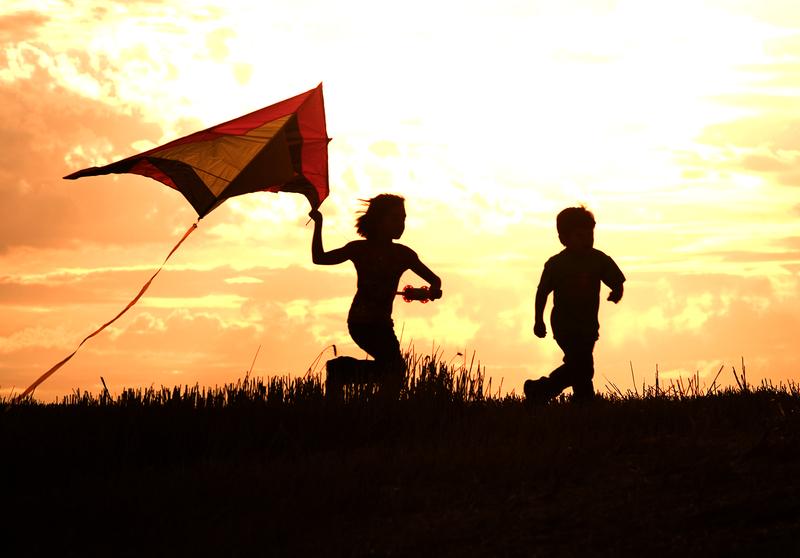 Copilarie, copii alergand cu zmeul / Foto: Dreamstime.com