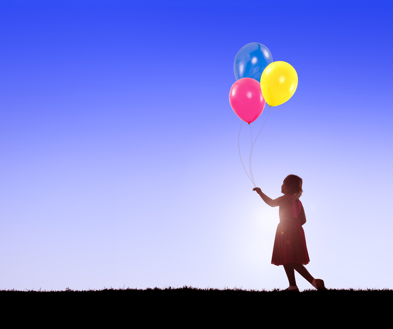 Copilarie, copil cu baloane / Foto: Dreamstime.com