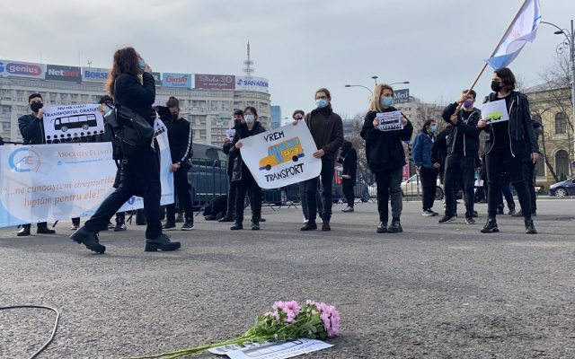 elevi din cadrul AEC protestand in fata ME pentru transport gratuit 7 640x400 1